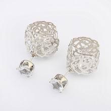 欧美时尚镂空花朵图案耳钉(银色+白色)